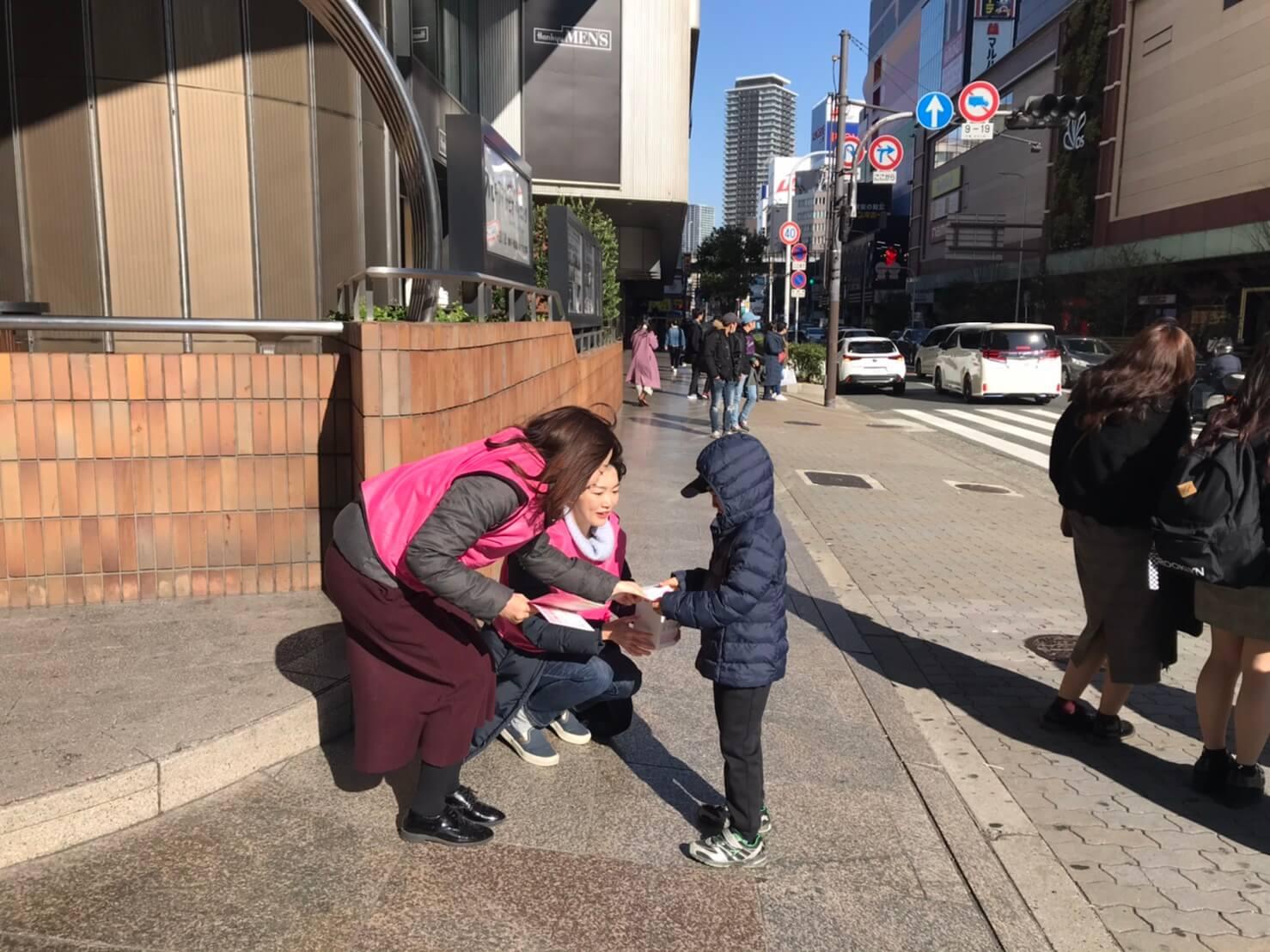 大阪駅付近で募金活動を行いました。